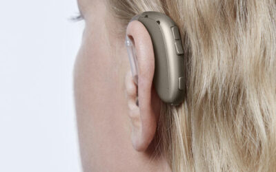 Oticon_Xceed_BTE_UP_C090ChromaBeige_AngleB45_Close-up_In-On-Ear_MS_6699_Woman_1200x800px